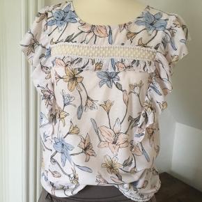 Fineste bluse / top med blonde og flæser i 100 % bomuld