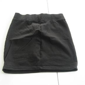 Varetype: 2 stk. NYE nederdeleStørrelse: 158/164 Farve: Sort  2 stk. NYE nederdele i dejlig blød bomund i str. 158/164 fra H&M.  Mindsteprisen for dem begge er kr. 100+ porto.  Jeg bytter ikke.
