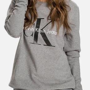 Grå Calvin Klein sweatshirt næsten som ny. Ingen huller. Ny pris er 900 men sælges for 300kr.