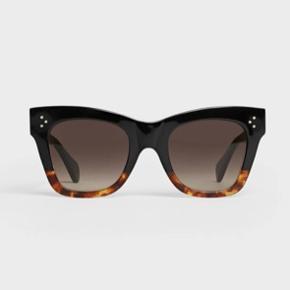 Sælger disse super smukke Celine solbriller i modellen CAT EYE S004, da jeg har et par andre solbriller jeg bruger mere. Solbrillerne er næsten ikke blevet brugt. Etui og klud medfølger.