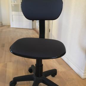 Blå kontorstol pæn og velholdt.