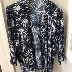 Fedt sæt bestående af skjorte og bukser i blød og let kvalitet. Mærket hedder Modhy Ichsan.  Købt i en butik på Østerbro. Nypris 900. Brugt et par gange. Passer både en small og lille medium.   Køber betaler Porto.