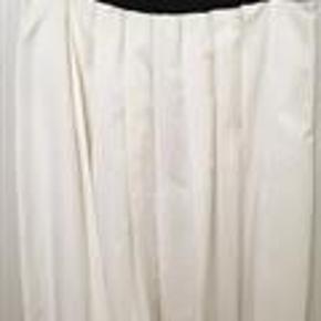 Varetype: Nederdel, aldrig brugt Farve: Hvid Oprindelig købspris: 2800 kr.   Det er en IIT. str. 44 som svarer til en dansk str. 40. 100% bomuld. Længde: 58 cm. Talje: 86 cm. Hofte: 120 cm.