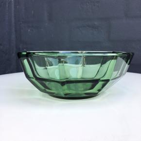 Smuk antik Smaragdgrøn glasskål med de smukkeste facetter. Ø 14cm / H 5,5cm