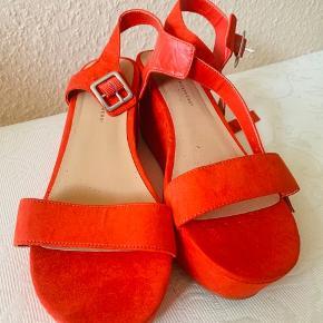 Farven er svær at beskrive - men rød/orange er nok bedste beskrivelse