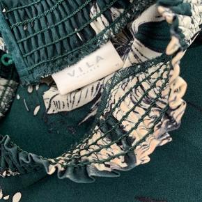 Rigtig fin kjole/tunika i mørkegrøn med hvide blomster. Brugt få gange.  Der er foundation på mærket og på halsen af trøjen. Det bemærkes ikke specielt meget, havde selv overset det da jeg tog billederne. Billede er vedhæftet.  Fejler intet ellers.