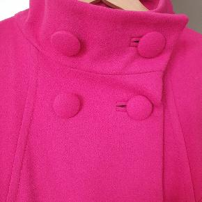 """Sælger min pink uldjakke.  Str 44. Brugt som """"gå i byen"""" til festlige lejligheder . Har været renset.  Gode dybe lommer. Skænt ærme. Ekstra knap følger med. Sælges for 300kr.  Afhentes i Nørresundby eller sendes med DAO.  #sundaysellout"""