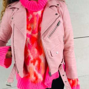Super lækker lys lyserød læderjakke fra Zara 🌸💖 mega fed med sølv detaljer ! Str xs, fitter også en S