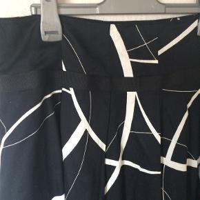 Philosophy blues original - nederdel Str. 40 Næsten som ny Farve: sort med hvid mønster Lavet af: 100% cotton Mål: Livvidde: 86 cm hele vejen rundt Længde: 63 cm Køber betaler Porto!  >ER ÅBEN FOR BUD<  •Se også mine andre annoncer•  BYTTER IKKE!