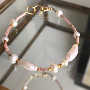 Perle armbånd  🐚Med 2 store vintage barok perler 7 små ferskvandsperler Mål: 16.5-18.5 cm  #trendsalesfund Lås: forgyldt messing Se mine andre annoncer med smykker