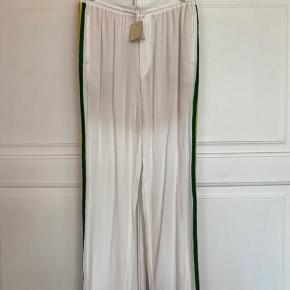 Skønne bukser fra Heartmade i str. 40. Helt nye, men lille bitte plet på højre lår, formoder den forsvinder i vask.  Pris 350pp