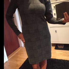 Grå/sort-ternet kjole fra Soyaconcept.. Str S med masser af stræk i..  Brugt få gange og derfor ingen tegn på slid. Sælges for 75 kr. 😊 Jeg er 1.66 og ligger mellem en str S & M😊  Befinder sig i Stige