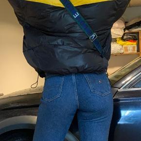 Næsten ny jakke fra Envii. Fejler intet, max brugt 5-10 gange.  Dejlig varm. Størrelsen er M/L :-)