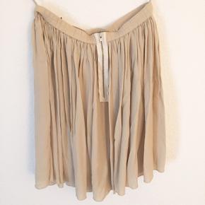 Fin nederdel med underskørt så ikke gennemsigtig, brugt et par gange.