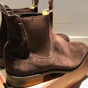 Lækre støvler i ruskind  Nypris 4500 kr Mindstepris 1500 kr + porto( DAO) via Mobilepay