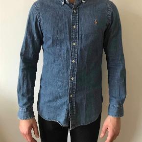 Varetype: Skjorte Farve: Blå  Slim fit. Næsten aldrig brugt. Ikke strøget