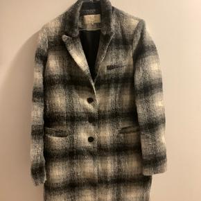 Frakke - er brugt og har også aftegn derefter, men fejler ikke noget.  Brugt som efterårs/vinterfrakke  Kom med et bud 🍂