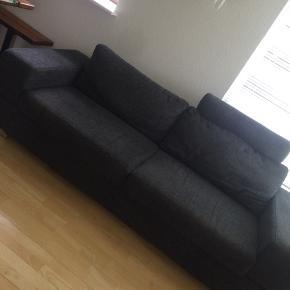 Mørkegrå sofa med antagelig nakkestøtte. Fin stand, søges pga. flytning 350kr
