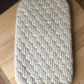 Velholdt madras til vugge/lift fra Babysam. Er brugt få gange og fremstår næsten som ny. Måler 72 cm i længden og 36 cm i bredden.  Sendes ikke.  Bytter ikke.