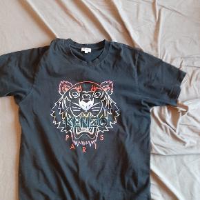 Hey Sælger en kenzo T shirt str M Nypris ca 600 Kvitering, mærke/tags, lille kenzo, pose og et orange kenzo stof net Det er et Mega lille hul som ses på billede 2 Ellers fegler den ingen ting  Sendes på købers regning