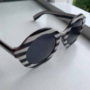 Sælger disse super seje solbriller fra Mads Nørgaard - brugt et par gange og har desværre fået en smule ridser i glasset - ikke noget man ser indefra, og man skal tæt på udefra for at lægge mærke til det🤗 Byd rigtig gerne Kan sendes i brev med postnord til 10kr