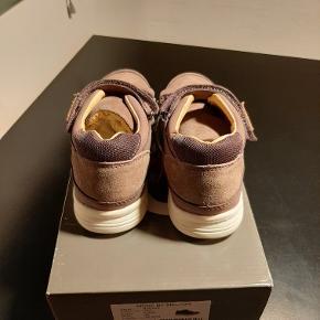 Skoene er i 100% læder og ruskind. Fast hælkappe og en god polstring omkring åbningen, der giver fødderne en god støtte. På indersiden er de foret med skind og i bunden er der en blød indersål. Indvendig mål 18,9cm