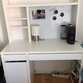 En smart Skrive/computerbord i hvid med reol Som består af en kommode og to skuffer med magnetplade inkl. magneter.