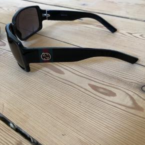 Sælger mine vintage Gucci briller. Jeg har købt dem i 00-erne og har brugt dem on/off og har god passet på. Der er minimal brugspor på, intet ridser på glas, i super flot stand.  Byttes ikke.