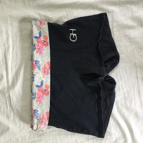 Yoga shorts fra gilly hicks med dekorativ blomster kant.