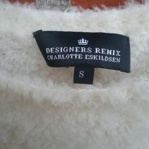 """Kort creme farvet top af Designers Remix str. small. (Bemærk vaskeanvisningen er klippet af)  🌞 Se også mine øvrige varer🌞  Ved evt. køb af flere varer, så skriv til mig inden du vælger """"Køb nu"""" funktionen.  Så laver jeg en speciel """"pakke"""" til dig med """"Køb nu"""" og du har kun en porto 🌞"""