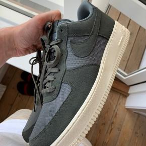 Sælger disse fede Nike Air Force 1, i en fed grøn farve. Skoen er i gode materialer, selvom det er en basic model.   Kun prøvet på indenfor, aldrig gået i udenfor.  Kasse følger med.