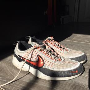 Brugt men stadig god sko. Fitter også en str. 40,5 🙂 de har nok lige brug for en vask men ellers fejler de ikke det helt store   Byd endelig