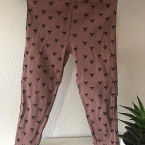 Fine leggins i brun farve med sløjfer. GMB i pæn stand uden huller og pletter. De hedder str 98, men er små og mere til str 92/ 2 år.