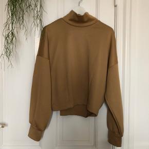 Rigtig flot højhalset sweatshirt i lidt shiny beige stof