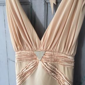 Super flot kjole fra fremchie brugt en gang til galla Mål fra midt ryg 125cm mål rundt under brystet 78cm skal bindes i nakken så passer de fleste bryst skål