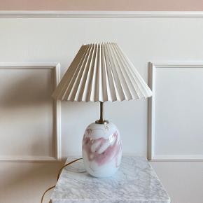 Holmegaard lyserød og hvid Sakura lampe i glas.   Højde med lampeskærm 49 cm  Bredde på lampeskærm; 34 cm  Bytter ikke :)