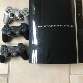 PS3 konsol med 3 joysticks samt spil. Alt sammen inkluderet i prisen.