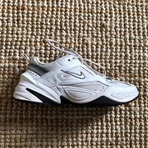 Lækker Nike sko. Modellen er M2K TEKNO.  Er lidt stor i størrelsen så passes nok af en str 40:) Ny pris 800kr. Køber betaler fragt📦