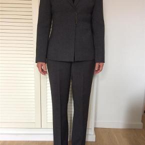 Varetype: jakkesæt Størrelse: 2 Farve: Grå Oprindelig købspris: 1599 kr. Prisen angivet er inklusiv forsendelse.  jakkesæt fra Calvin Klein.  str2 = 36 .  med stretch    bytter ikke til andre varer.  ALDRIG BRUGT!!    opr pris 1599,- sælges billigt til 599,- incl porto