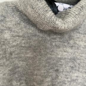Lækker rullekrave i uld/kidmohair og polyester. Modellen er boxy og hedder Fino neck.  Bytter ikke.