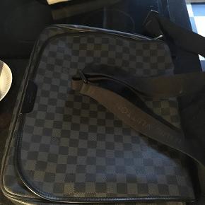 Skuldertaske fra Louis Viutton (Damier Graphite Laptop Renzo Messenger). Aldrig brugt. Tasken er adskilt i to rum og har desuden to små rum til telefon og andet. Lomme med lynlås bagpå.