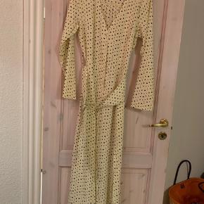 Kjole fra Asos med mega fin bælte detalje. Den er aldrig brugt. Mp 200