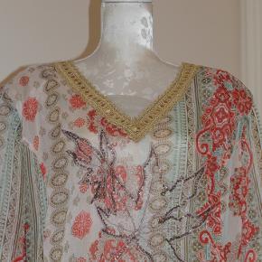 Gennemsigtig skjorte-bluse med smuk guldkant ved halsudskæringen.