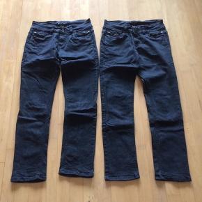 Sælger disse 2 par Marc Lauge jeans. Model Gussi - Mid Waist - Narrow legs - Regular Fit. Str. 42 lenghts: 80. Farven er sort. De er lavet af 98% cotton og 2% elasthan. Er som nye, brugt få gange, da modellen ikke rigtig passer mig. Sælger den for 135kr pr stk. Kommer fra et ikke ryger hjem. Afhentes i 2990 Nivå eller sendes mod betaling