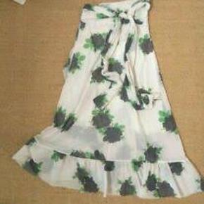 Fin til en str. 36-40, da det er wrap. Modellen hedder Tilden Mesh Wrap Skirt