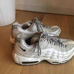 Nike Air Max 95 hvid og grå 💜  Et par sneaks som altid er cool. 95'eren er chunky og giver outfittet det helt fede look 🧷  Byd endelig. De kan nok godt blive rene med en omgang vanish 😍