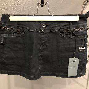 """Super fed nederdel i """"biker stil"""" i jeans stof. OBS! meget kort model :-)"""