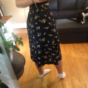 Vintage nederdel.   Køb 3 af mine ting og få gratis fragt. Ellers ligges der 37kr oven i den pris som står:)