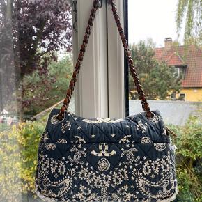 Sælger denne lækre Chanel taske.  Den er købt vintage, men er blevet renset og blevet certificeret af Chanel i butikken.  Serienummer i tasken. Boks medfølger