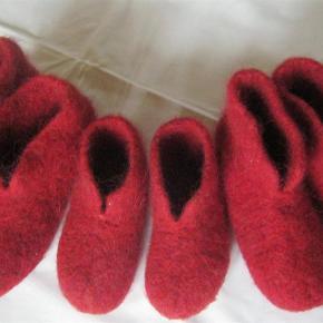 Varetype: Er det nu julegaven skal købes? Fået i flere farver Størrelse: alle Farve: mange  SÅ ER DE HER IGEN..  BESTIL NU SÅ DU HAR HJEMMESKO TIL VINTEREN.  Dejlige , lækre sutsko/hjemmesko til de kolde fødder. De er fremstillet af 100 % islandsk uld, der er filtet. De er varme men kan stadig få fødderne til at ånde. Der er kommet flydende gummi under sålen, så man kan stå fast.  Fra str. 18 til str. 25 med er prisen 119 kr.  Fra str. 26 til str. 35 med, er prisen 179 kr.  Fra str. 36 til str. 42 med er prisen 239 kr.  Fra str. 43 til str. 45 med er prisen 279 kr.  Fåes i andre farver og alle størrelser.  SE ALLE VURDERINGERNE DER GENNEM ÅRENE HAR VÆRET PÅ DISSE SUTSKO.